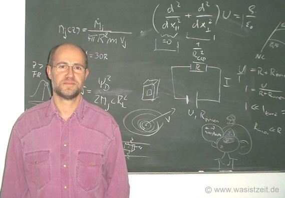 Professor Lesch vor einer Tafel mit Formeln